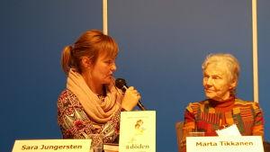 Sara Jungersten och Märta Tikkanen på Helsingfors bokmässa 2015.