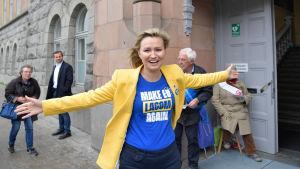 Ebba Busch Thor från svenska kristdemokraterna gör kampanjarbete.