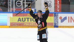 Jesse Puljujärvi firar mål.