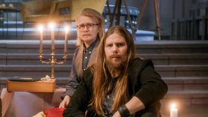 Närbild på Steffe (Joanna Wingren) och Micke (Sonja Ahlfors)..