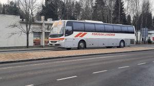 En buss kör förbi genom Söderkulla.