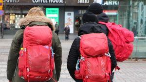 En bild på röda ryggsäckar.
