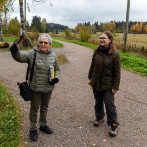 Gunilla Eklöf och Charlotta Engblom ser ut över åkrar.