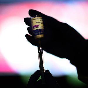En vaccinampull i motljus.