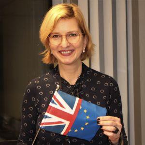 EU-parlamentarikern Irina von Wiese fotograferad med en flagga som är en kombination av EU:s och Storbritanniens flaggor.