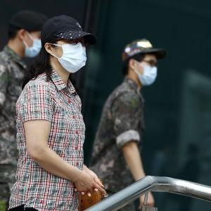 Sydkoreaner använder  smittskydd då de rör sig utomhus