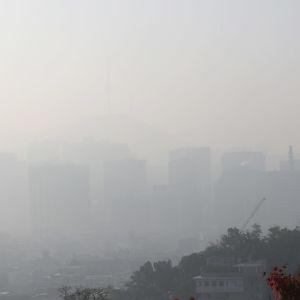 Etelä-Korean pääkaupungissa Seoulissa taivaanranta himmeni pölypilven alle 20. lokakuuta 2020. Hiekkamyrskyt ovat Pohjois-Kiinassa jokakeväinen ilmiö, ja hienojakoista pölyä kantautuu usein myös lähivaltioihin.