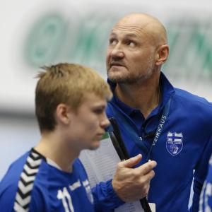 En besviken Ola lindgren efter att handbollsherrarna stått för en dålig insats mot Grekland.