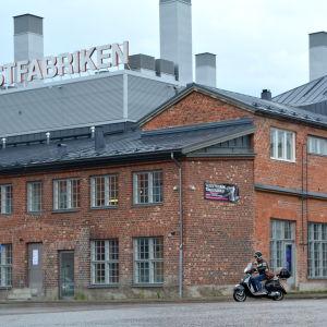 Fasaden på en gammal tegelbyggnad.