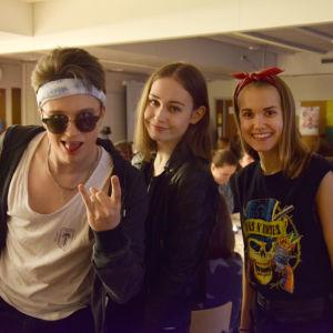 Tre ungdomar utklädda till hårdrockare. Svarta kläder och läderjackor.