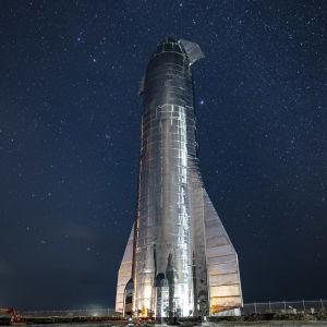 Starshipin ensimmäinen prototyyppi tähtitaivaan alla.