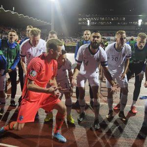 Fotbollslandslaget firar framför publiken