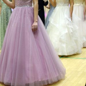 Kvinnor med tyllklänningar där bara kjolen syns.