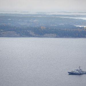 Minröjaren HMS Kullen spanar.