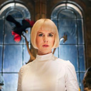 Nicole Kidman katsoo eteenpäin, taustalla holvikaarimalliset, vanhat ikkunat ja joku lintu.