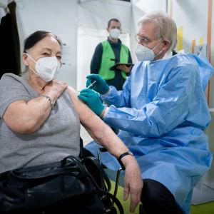 En kvinna vaccineras mot covid-19 i Tyskland.