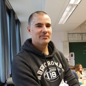 Luokanopettaja Freddy Heraud istuu luokkahuoneessa