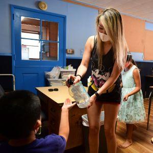 Läraren Amy Giang hjälper elever i en sommarskola i Kalifornien.