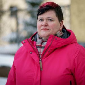 Töölön sairaalan luottamushenkilö Katri Ahola ulkona punaisessa talvitakissa henkilökuvassa.