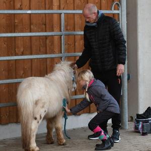 Toni Söderholm med dottern Nea och ponnyn Idefix
