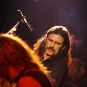 Lepakon keikan aloitti kappale Iron Fist ja päätti kappale Overkill.