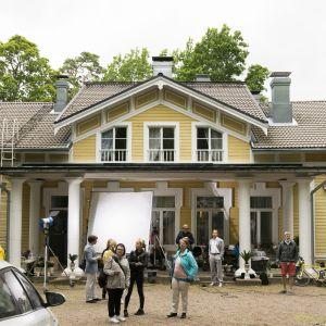 En bild på en gul villa.