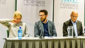 Therese Johaug, förbundets kommunikationschef Espen Graf och landslagsläkaren Fredrik Bendiksen under en presskonferens i Oslo den 13 oktober 2016.