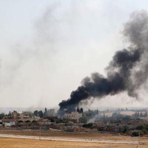 Det pågår häftiga eldstrider i den kurdkontrollerade gränsstaden Ras al-Ain, men staden har inte ännu fallit