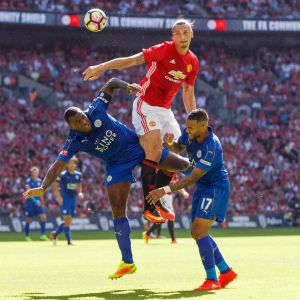 Manchester Uniteds Zlatan Ibrahimovic i nickduell med Leicesters Danny Simpson and Wes Morgan.