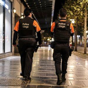 Två poliser övervakar utegångsförbudet i Liege.