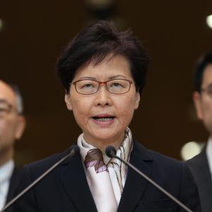 Hongkongs ledare Carrie Lam befinner sig under enormt tryck både från Kina och sina egna landsmän