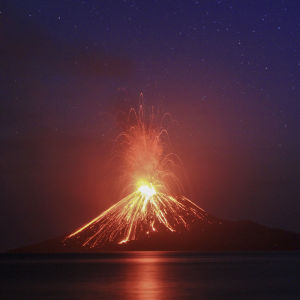 Vulkanen Krakatau sprutar ut lava.