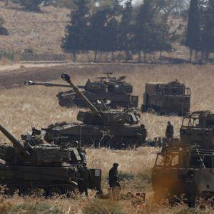 Israeliska pansarfordon och soldater i närheten av gränsen till Libanon