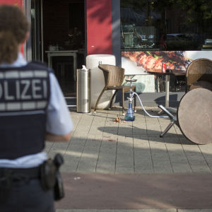 En kvinnlig polis på det ställe där en man attackerade med machete i Reutlingen, Tyskland.