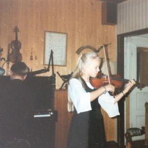 Muusikko Aili Ikonen kouluikäisenä viulistina