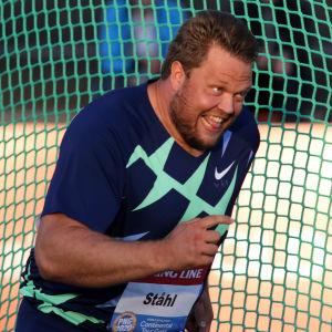 Daniel Ståhl firar glatt ett långt kast.