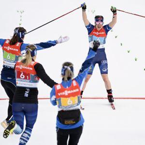 Glädjeyra i Finlands stafettlag efter att Krista Pärmäkoski säkrat bronset.