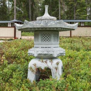 Harmaasta kivestä valmistettu japanilainen lumilyhty