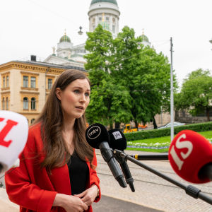 Pääministeri Sanna Marin Säätytalon portailla.