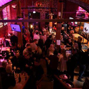 Wallis' Karaoke Bar -ravintolassa tarkastettiin asiakkaiden koronapassit tartuntatautilain muutoksen tultua voimaan perjantain ja lauantain välisenä yönä Helsingissä 16. lokakuuta 2021.