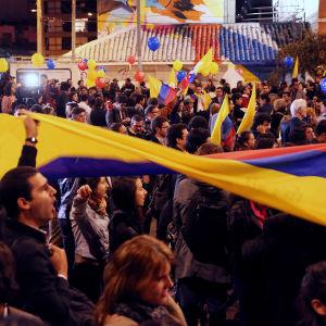 Människor firar fredsavtalet med Farc i Bogota.