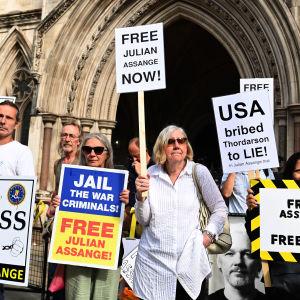 Protest för Julian Assange frigivning utanför britisk domstol