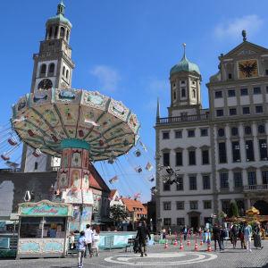 En karusell uppställd framför rådhuset i tyska Augsburg