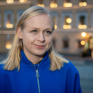 Hymyilevä Elina Lepomäki.