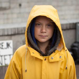 Skoleleven Greta Thunberg i gul regnrock utanför Sveriges riksdag skolstrejkar för klimatet. 2018.