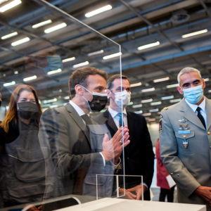 Emmanuel Macron rokotuskeskuksessa.