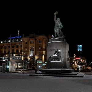 Frihetsstatyn i kvällsbelysning på torget en vinterkväll i Vasa.