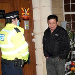 Kyaw Zwar Minn utanför Myanmars ambassad i London
