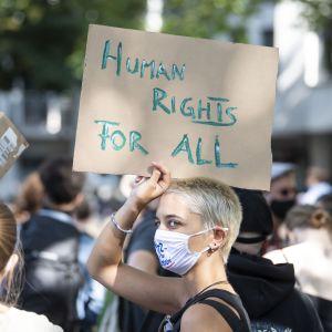 Münchenissä osoitettiin sunnuntaina mieltä ja vaadittiin kreikkalaisten pakolaisleirien evakuoimista ja turvapaikanhakijoiden jakamista muihin EU-maihin.