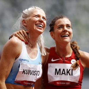 Sara Kuivisto och Kristiina Mäki kramar om varandra.